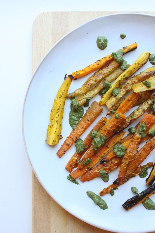 Uunissa paahdetut porkkanat ja naateista tehty pesto iltapalaksi