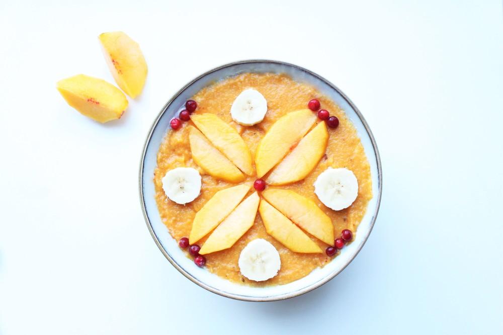 Gluteeniton tuorepuuro raikastuu hedelmäisellä smoothiekuorrutteella