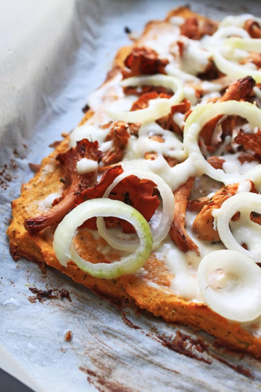 Gluteeniton pitsapohja bataatista ja täytteinä kantarelleja