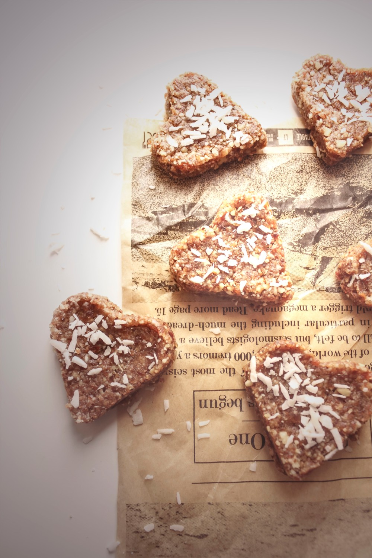 Gluteenittomat piparkakut taateleista ja pähkinöistä