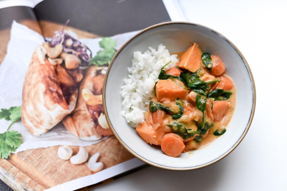 Curry, jossa bataattia, porkkanaa ja pinaattia
