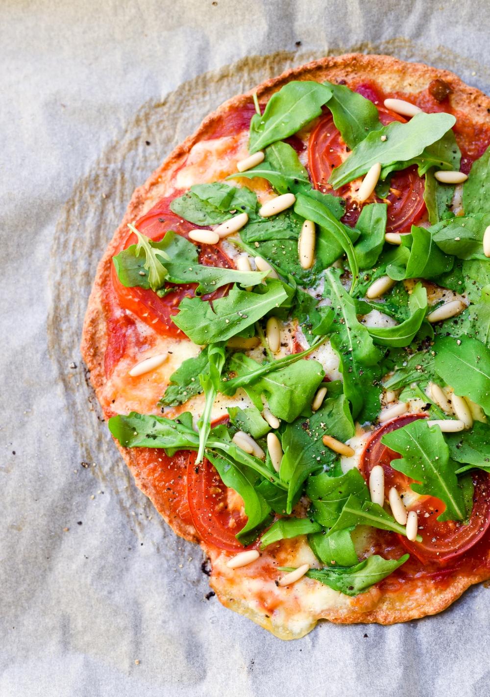 Tomaatti-mozzarella pizza. Gluteeniton pizzapohja