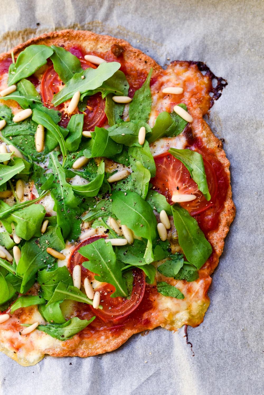 Kvinoapitsapohja mozzarella ja tomaattitäyte, gluteeniton