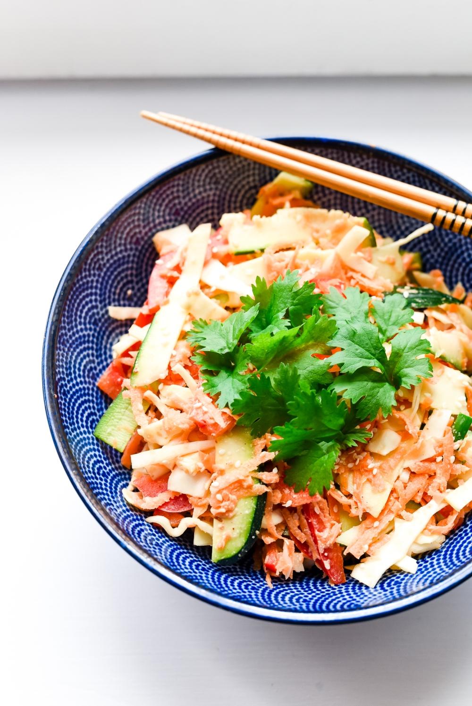 Raikas ja värikäs pad thai kasviksista kera seesamikastikeen