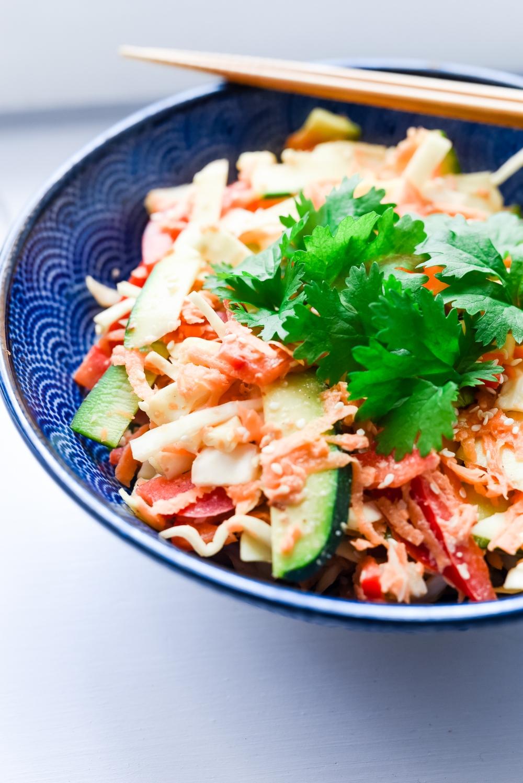 Terveellinen ja kevyt thaimaalainen kasvisruoka pad thai